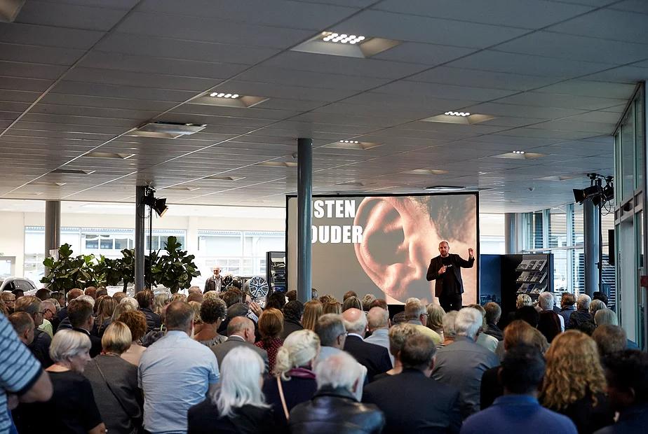 Jonathan Løw holder foredrag for 300 af Mercedes Benz' bedste kunder